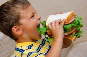 bambino e panino gigante
